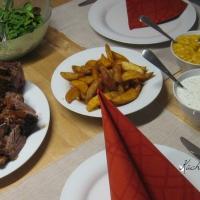 Ripperl mit Mango Chutney, Sauerrahm-Sauce und BBQ-Sauce, dazu Potato Wedges und ital. Salat