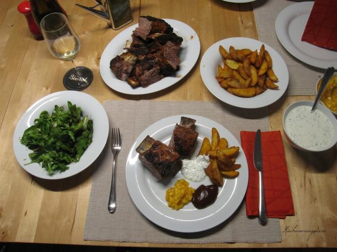 Spare Ribs mit Mango Chutney, Suaerrahm Sauce, BBQ Sauce und Potato Wedges