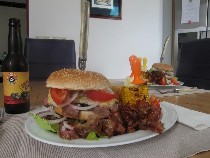 Mr. Big Burger. Man kann den Mund gar nicht so weit aufmachen wie einem die Kinnlade runterfällt, damit man diesen Burger hineinkriegt.