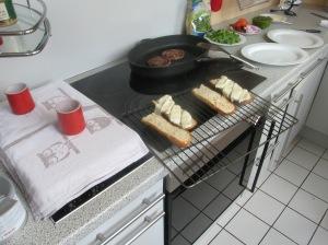 Die Ciabatta halbiert und längs durchgeschnitten für 2 Personen und mit Mozzarella belegt, bereit für das Backrohr.