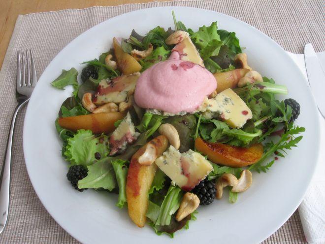Salat mit Preiselbeerschaum