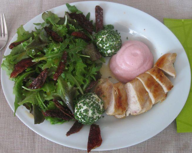 Gebratene Hühnerbrust mit italienischem Salat, Frischkäsebällchen und Preiselbeerschaum