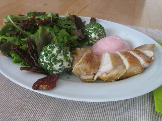 Hühnerbrust, Preiselbeerschaum, Frischkäsebällchen