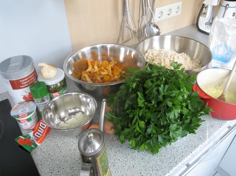 Zutaten für das Eierschwammerlgulasch: 2 EL Olivenöl, 100 g Zwiebel in Brunoise, 1KL Tomatenmark, 2 EL Creme Fraiche (statt Sauerrahm), Kümmel, Paprika, 1 Knoblauchzehe, Gurken (Einlegeflüssigkeit), 500 g Eierschwammerl, 1 El Mehl Für 12 Semmelknödel: Eier, Semmelwürfel, Mehl, Zwiebel in Brunoise, Petersilie.