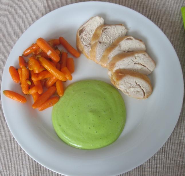 Gebratene Hühnerbrust mit Erbsenschaum und Karotten-Lauch-Gemüse