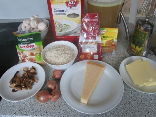 Zutaten: Steinpilze, Champignons, Risottoreis, Hartkäse, Hühnersuppe, Olivenöl, Butter, Zwiebel (Trüffel ohne Abb.)