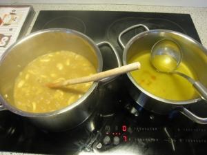 Die ultimative, befruchtende Kombination: links der Topf mit Reis, rechts der Topf mit Hühnerbrühe.