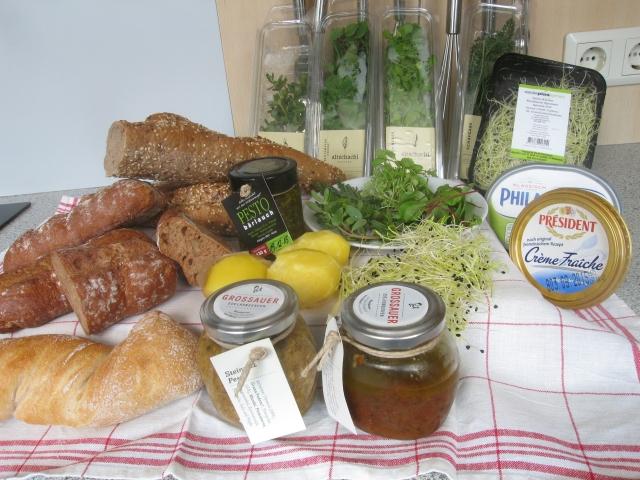Für die Fact Finding Mission nach dem perfekten Moos-Canapé wurden angeschafft: Spitzkornbaguette, Walnussbrötchen, Wurzelweckerl (mit Sesam), Bärlauch-Pesto, Portulak, Blutampfer-Kresse, Senfkresse, Schafgarbe, Sprossen, Frischkäse Doppelrahmstufe, Creme Fraîche, Erdäpfeln, Trüffel-Pesto, Steinpilz-Pesto.