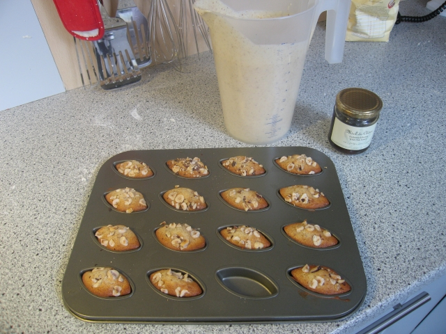 Zutaten: 400 g ganze Haselnüsse, 465 g Puderzucker, 265 g gesiebtes Mehl, 12-14 Eier oder 500 g Eiweiß, 1 EL Honig, 10 g Backpulver, 1 Prise Salz, 300 g zerlassene Butter