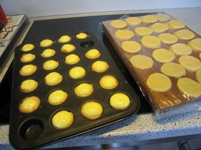 Zutaten: für den Mürbteig: 120 g weiche Butter, 2 g Salz, 75 g Puderzucker, 25 g Mandelspäne, 2 g Vanillepulver, 40 g Ei. Für die Topfenmasse: 500 g Topfen (Quark), 2 Eier, abgeriebene Schale einer Zitrone, 100 g Zucker.  Für die Garnitur: 250 g verschiedene Beeren