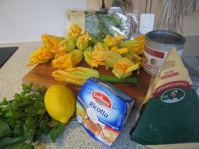 Zutaten: Minze, Zitrone, Zucchiniblüten, Muskatnuss, Hartkäse