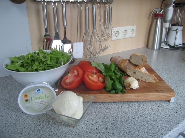 Zutaten: Büffelmozzarella, Basilikum, Tomaten, Knoblauch, Brot