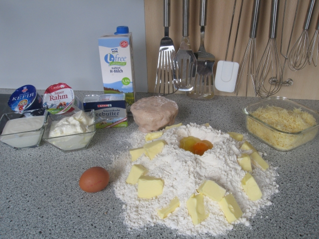 Zutaten: 1 kg Mehl, 500 g Butter, 2 Eier, 2 TL Salz, 200g Kefir, 200 g Sauerrahm, 80 g Hefe, 500 g Emmentaler Käse, 200 ml Milch.