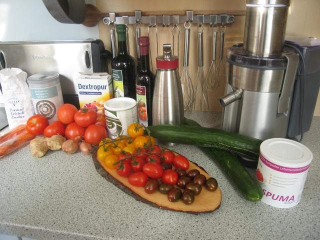Zutaten für 2 Personen: Lachs: 2 Lachsfilets á ca. 180 g und für die Beize 70 g Zucker, 50 g Salz. Für das Tomatensorbet: 500 g Tomaten, 100 g Dextrose (Traubenzucker), 50 ml Olivenöl, 5 g Schalotte, 7 g Ingwer, 5 g Salz, 1 g Pfeffer und Xanthan (je nach Verpackungshinweis). Eingelegte Tomaten: 10 x gelbe, kleine Tomaten, 10 x rote Eiertomaten, 10 x dunkle Cherrytomaten