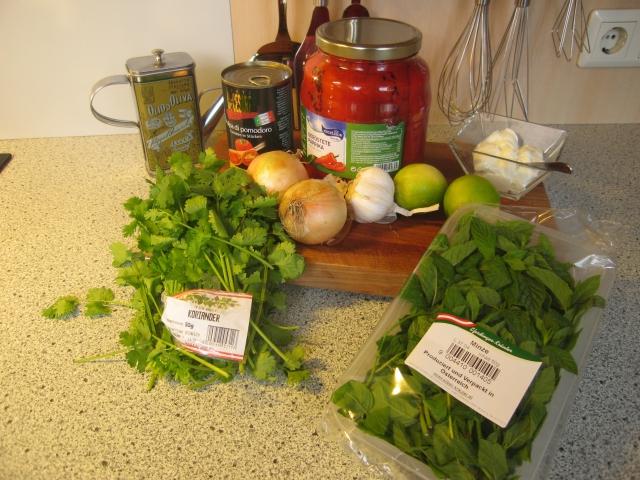 Zutaten für die Tomatensuppe: 1 Bund Koriander, Olivenöl, 2 gelbe Zwiebel, 800 g Tomatenstücke, 500 g gegrillte, geschälte Paprika aus dem Glas, 4 Knoblauchzehen, 2 Limetten, 250 g Joghurt, halber Bund Minze