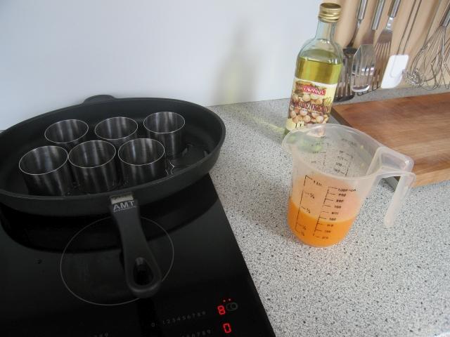 Zutaten: 4 Eier (pro Person), Chili-Pesto, Paprikagewürz, Traubenkernöl, Salz