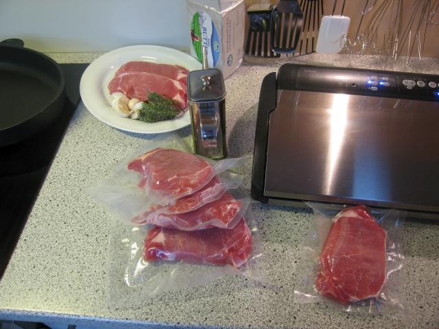 Zutaten für das Schweinskarree: Knoblauchzehen, Thymianzweige, Olivenöl, Butter