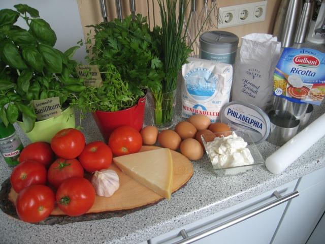 Zutaten: 12 Tomaten, Kerbel, Basilikum, Majoran, Schnittlauch, Mehl, Salz, Zucker, Ricotta, Frischkäse, Eier, Parmesan, weiße Zwiebel (oAbb.)
