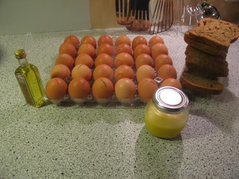 Zutat zu Eierspeis mit Trüffelöl: Trüffelöl, Eier, Brot und braune Butter.