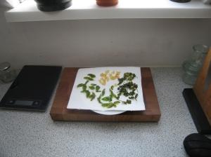 Knoblauchscheiben und Basilikumblätter frittiert