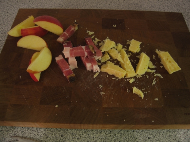 Eine kleine, eingeschobene Zwischenmahlzeit. Speck, Käse, Äpfel. Im Vergleich zum pochierten Abendessen ziemlich ... einfach würde ich sagen.