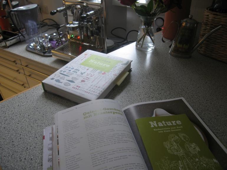 Die deutsche und im Hintergrund die französische Version des Kochbuches