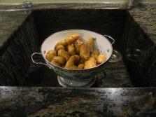 Kipfler für den Haselnuss-Stampf dampfeln aus im schönsten Küchensieb, das wir haben.