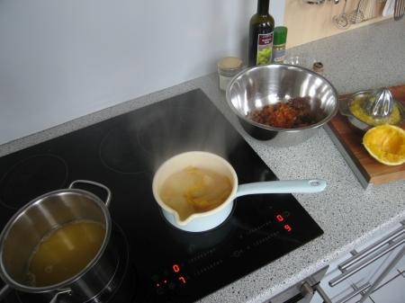Für das Chutney muss man den Orangensaft mit den klein geschnittenen Trockenobst kochen.