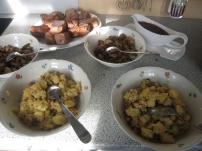Der nächste Gang kann serviert werden. Wildschwein, Steinpilze, Orangen-Preiselbeer-Butter und Haselnuss-Stampf. Alles in Schüsseln zum Selbernehmen.