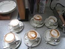 Kaffee mit mehr oder weniger Milchschaum.