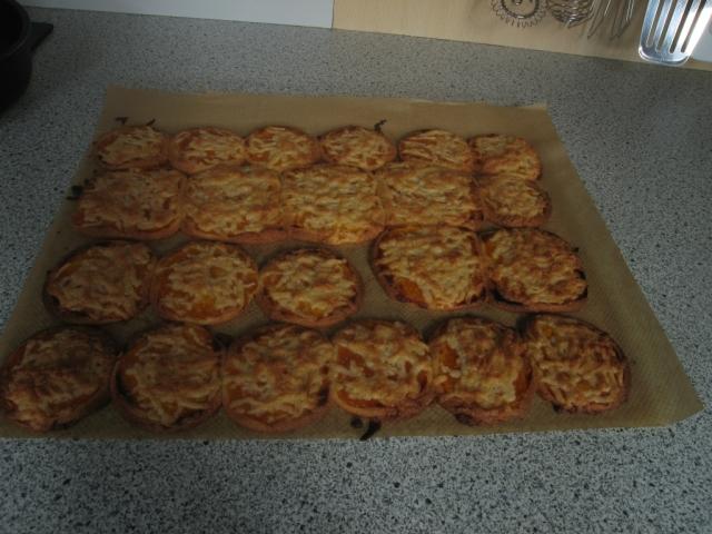 Nicht oft begegnet man Keksen, die eher wie kleine Pizzen ausschauen und dann doch zu Tee passen.