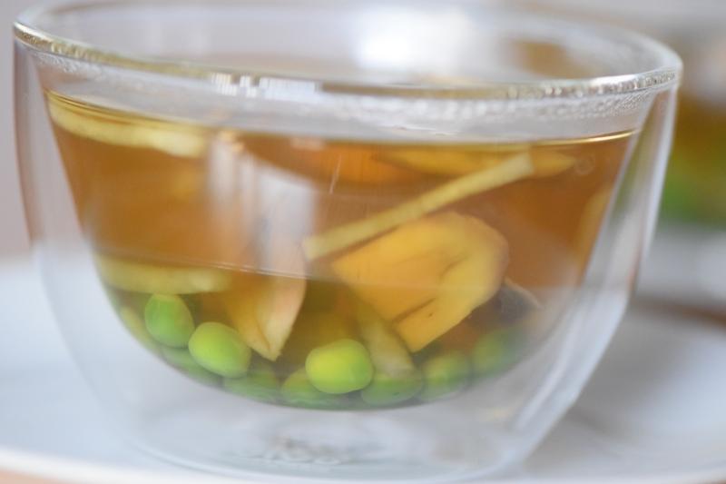 Gemüsesuppe mit Erbsen und Champignons