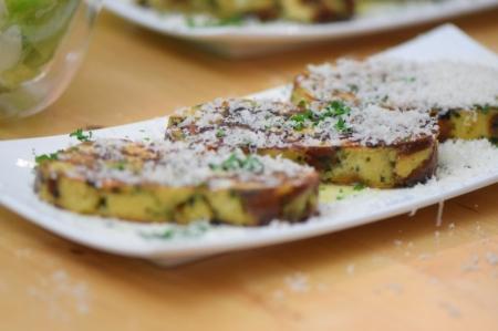 Geröstete Lauch-Käse-Knödelscheiben mit Salat (10)