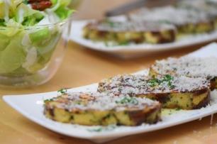 Geröstete Lauch-Käse-Knödelscheiben mit Salat (11)