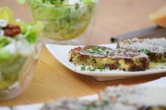 Geröstete Lauch-Käse-Knödelscheiben mit Salat (12)