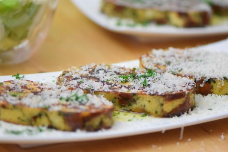 Geröstete Lauch-Käse-Knödelscheiben mit Salat (13)