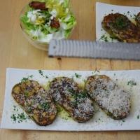 Geröstete Lauch-Käse-Knödel mit Salat
