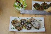 Geröstete Lauch-Käse-Knödelscheiben mit Salat (5)