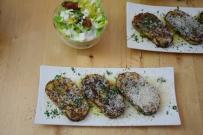 Geröstete Lauch-Käse-Knödelscheiben mit Salat (6)