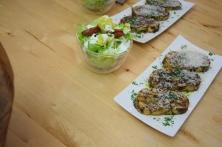 Geröstete Lauch-Käse-Knödelscheiben mit Salat (8)