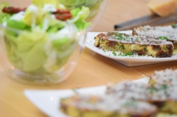 Geröstete Lauch-Käse-Knödelscheiben mit Salat (9)