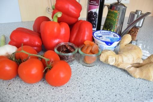 Kalte Tomatensuppe mit Marillen und Pecannüssen (1)