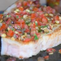 Gebratener Schwertfisch mit Tomatensalsa