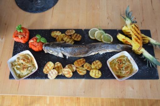 Gegriller Wolfsbarsch und gegrille Ananas (9)