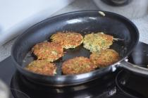 Kräuter-Puffer mit Kräueter-Sauce (4)