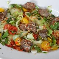 Scharfer Salat mit kalter Hühnerleber