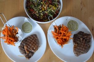 Steak mit Salat und Ofenpommes (10)