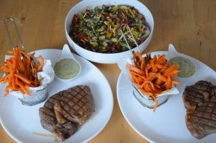 Steak mit Salat und Ofenpommes (11)