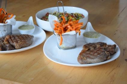 Steak mit Salat und Ofenpommes (12)