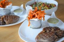 Steak mit Salat und Ofenpommes (13)